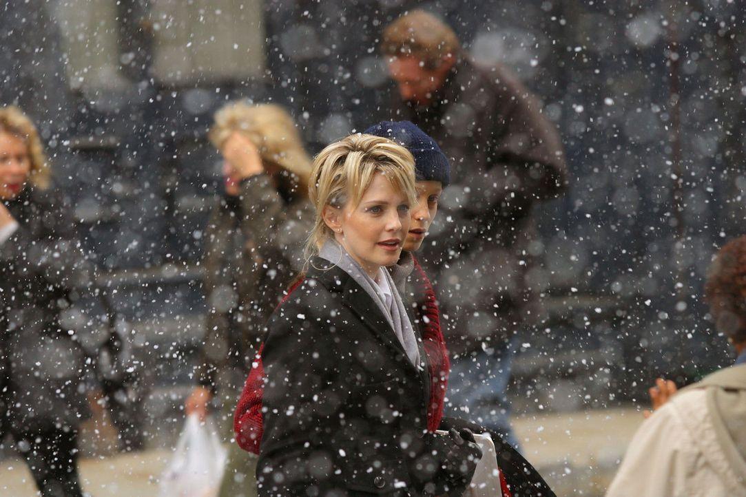 Rush (Kathryn Morris, vorne M.) beschäftigt sich mit einem Fall, in den Rosie Miles (Laura Regan, hinten M.) verwickelt ist, die allmählich aus eine... - Bildquelle: Warner Bros. Television