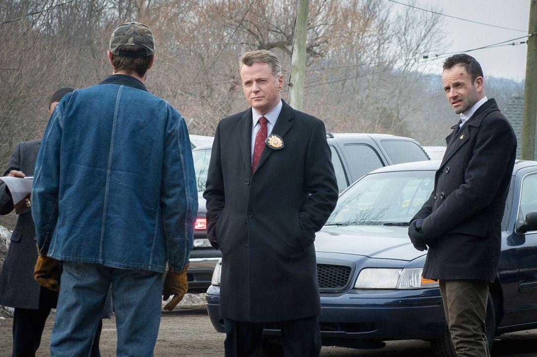Capt. Gregson (Aidan Quinn, M.) und Sherlock Holmes (Jonny Lee Miller, r.) haben erfahren, dass die Rinder des Milchbauern Bart MacIntosh (Garret Di... - Bildquelle: CBS Television