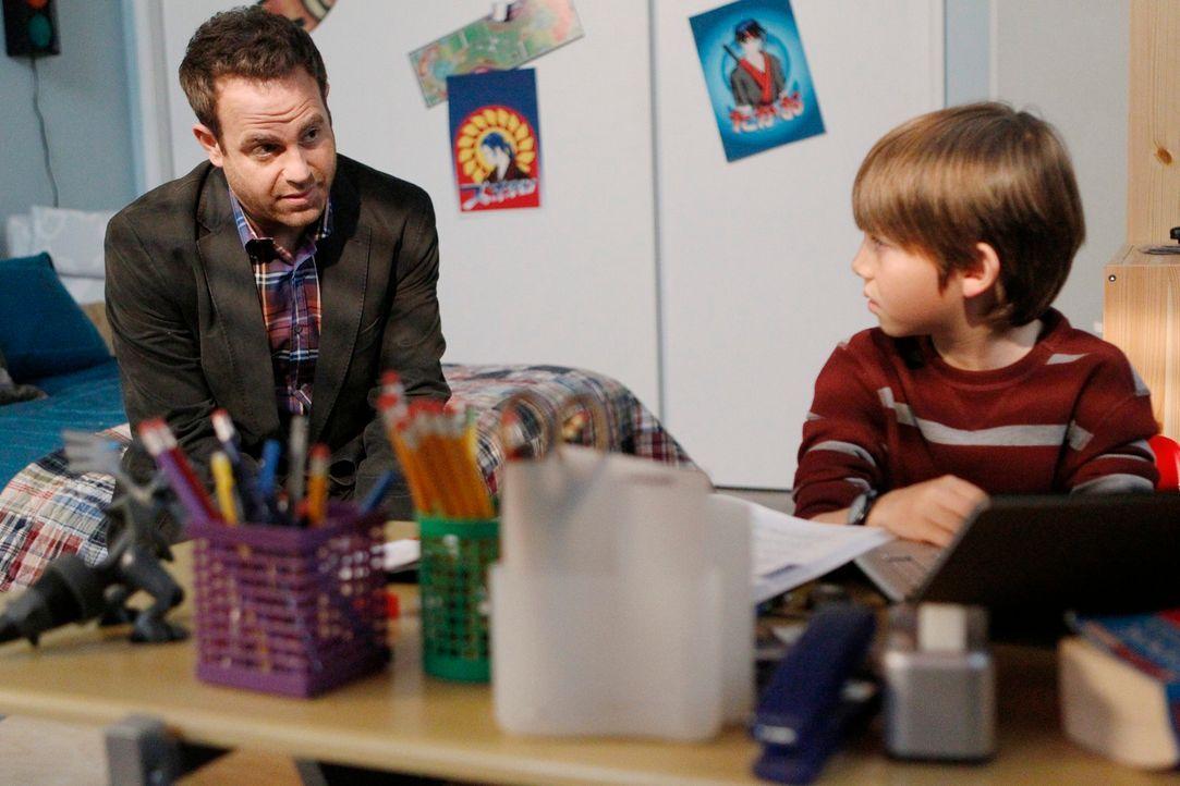 Während sich Cooper (Paul Adelstein, l.) um einen Patienten kümmert, wird die Beziehung zu seinem Sohn (Griffin Gluck, r.) auf eine harte Probe ge... - Bildquelle: ABC Studios