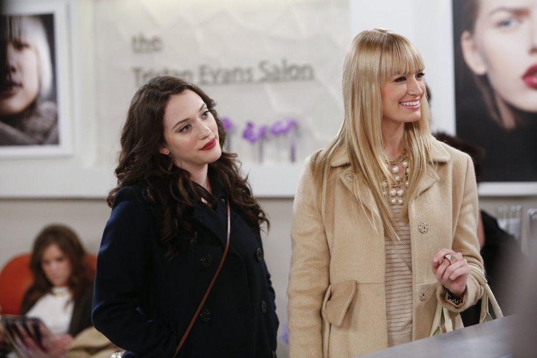 Haben einen sehr besonderen Friseurtermin: Max (Kat Dennings, l.) und Caroline (Beth Behrs, r.) ... - Bildquelle: Warner Bros. Television