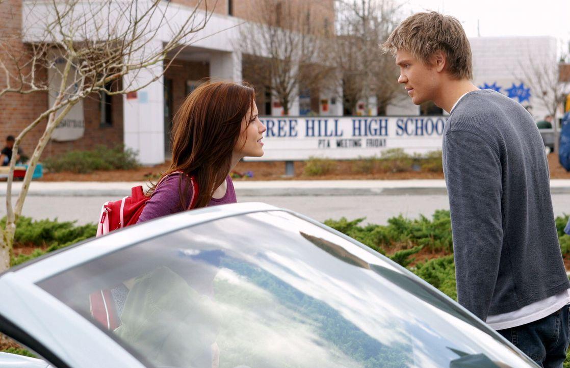 Brooke (Sophia Bush, l.) ist schwanger und obwohl Lucas (Chad Michael Murray, r.) ihr zusichert, für sie und das Kind da zu sein, will sie nichts m... - Bildquelle: Warner Bros. Pictures