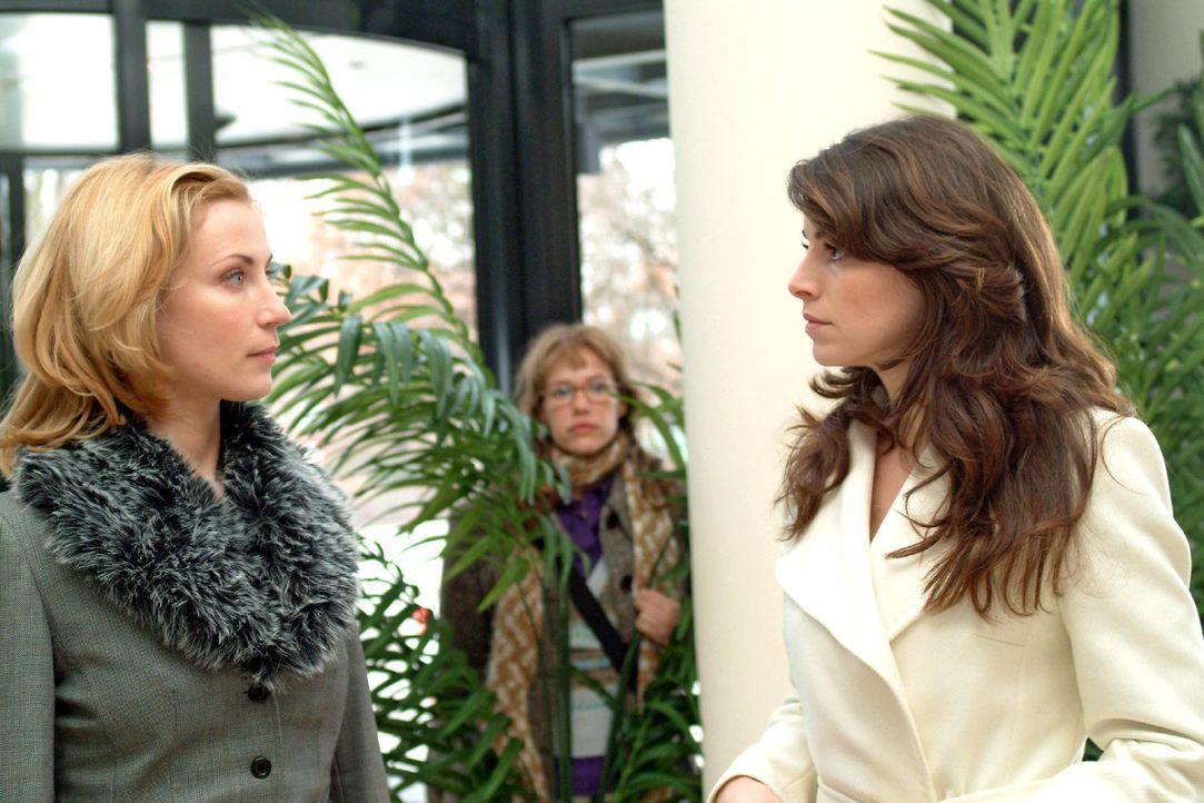 Die misstrauische Mariella (Bianca Hein, r.) begegnet an der Rezeption auf Davids Tete-a-tete Monique (Astrid Posner, l.), die sich abgebrüht nach... - Bildquelle: Sat.1