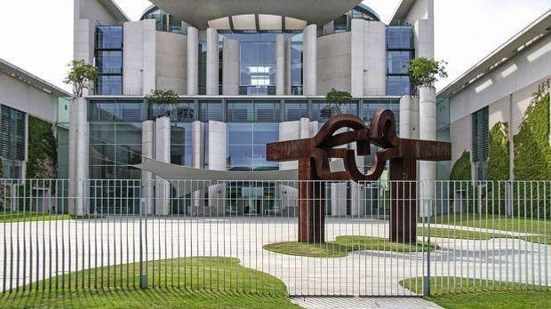 Zahlreiche Skulpturen und Kunstgegenstände zieren das Kanzleramt – sowohl im...
