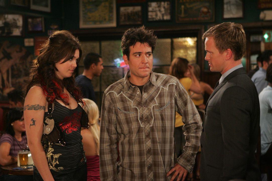 Ted (Josh Radnor, M.) bereitet sich auf ein unbeschwertes Leben als Single vor, als Robin plötzlich wieder in ihrer Stammkneipe auftaucht. Sie prä... - Bildquelle: 20th Century Fox International Television