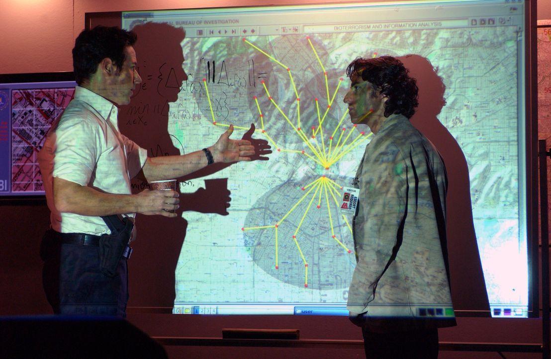Mit Charlies (David Krumholtz, r.) mathematischen Fähigkeiten sucht Don (Rob Morrow, l.) nach dem Ursprungsort der Seuche und dabei stoßen sie auf... - Bildquelle: Paramount Network Television