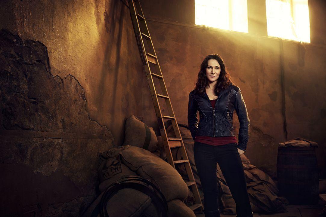 (2. Staffel) - Jahre nachdem ihre ehemaligen Kollegen auf der sonderbaren Insel gelandet sind, macht sich auch Dr. Julia Walker (Kyra Zagorsky) auf... - Bildquelle: Jeff Riedel 2014 Syfy Media, LLC