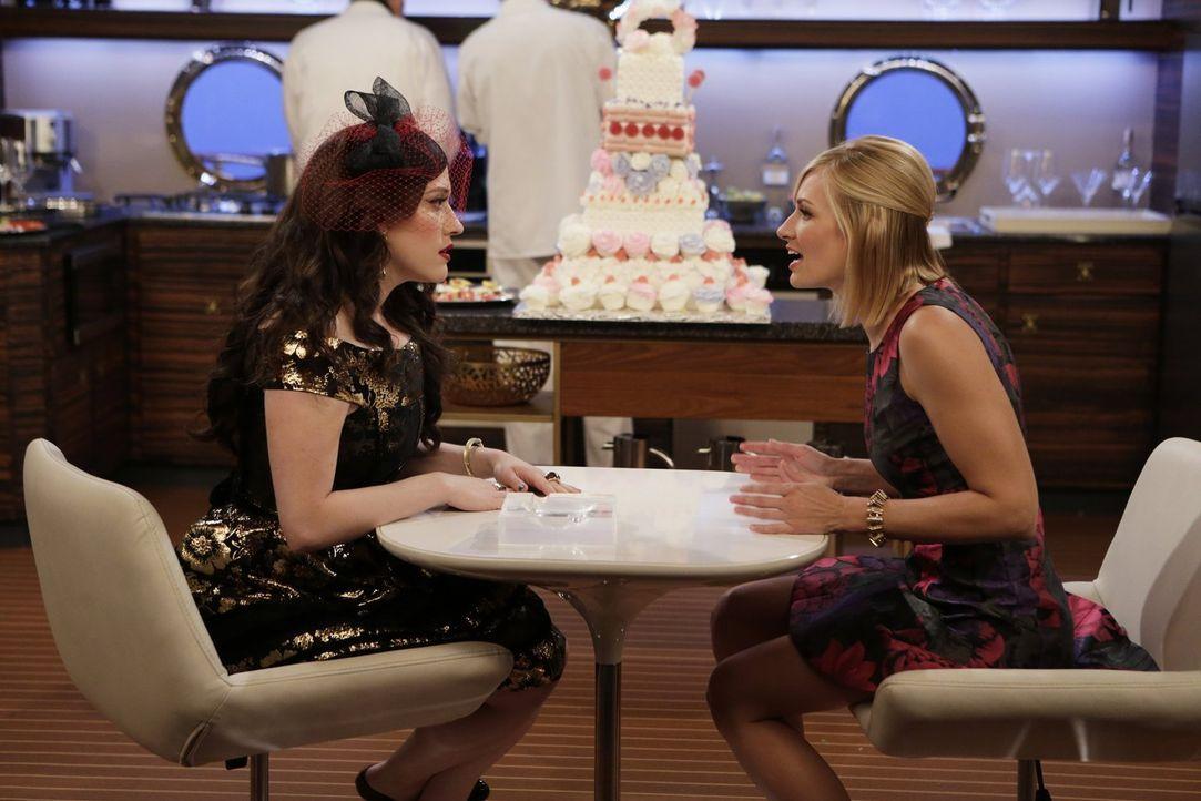 Caroline (Beth Behrs, r.) trifft nicht nur auf ihren Ex Andy, sondern wird von dem zusammen mit Max (Kat Dennings,, l.) zu seiner Hochzeit eingelade... - Bildquelle: Warner Brothers