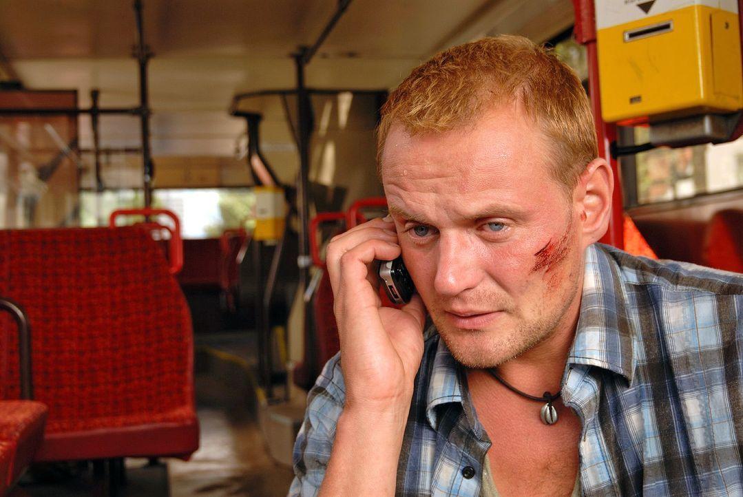 Robert (Devid Striesow) hat einen Bus in seine Gewalt gebracht und stellt seine Forderungen... - Bildquelle: Hardy Spitz Sat.1