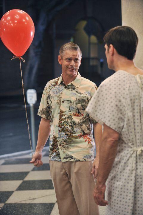 Während seine Kollegen in einem neuen Fall ermitteln, kämpft Hotch (Thomas Gibson, r.) um sein Leben und hat dabei Visionen von seinem Gegenspieler... - Bildquelle: ABC Studios