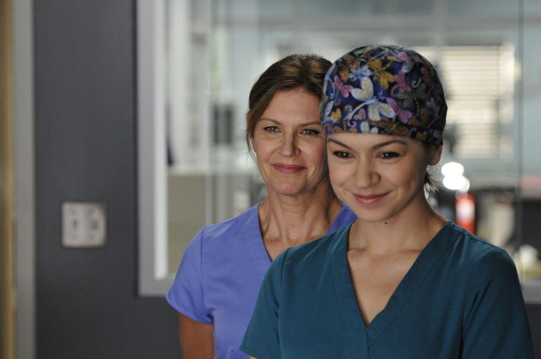 Für Dawn (Michelle Nolden, l.) und Maggie (Julia Taylor Ross, r.) geht der Alltag unaufhörlich weiter ... - Bildquelle: 2012  Hope Zee One Inc.