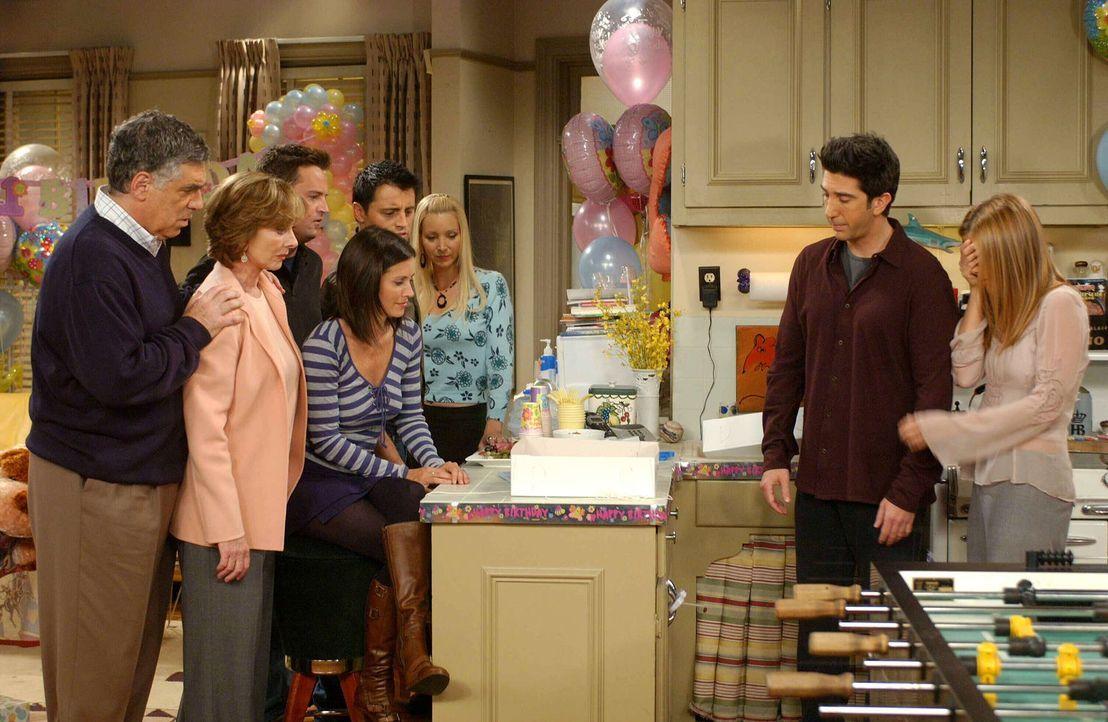 Der Anblick der Geburtstagstorte lässt alle verstummen: Jack (Elliott Gould, l.), Judy (Christina Pickles, 2.v.l.), Chandler (Matthew Perry, 3.v.l.)... - Bildquelle: 2003 Warner Brothers International Television