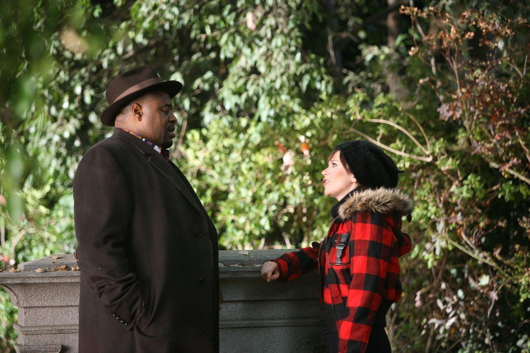 Emerson (Chi McBride, l.) fällt es schwer, mit Chuck (Anna Friel, r.) an dem neuen Fall zu arbeiten - bis die beiden rauskriegen, wer anstelle von... - Bildquelle: Warner Brothers