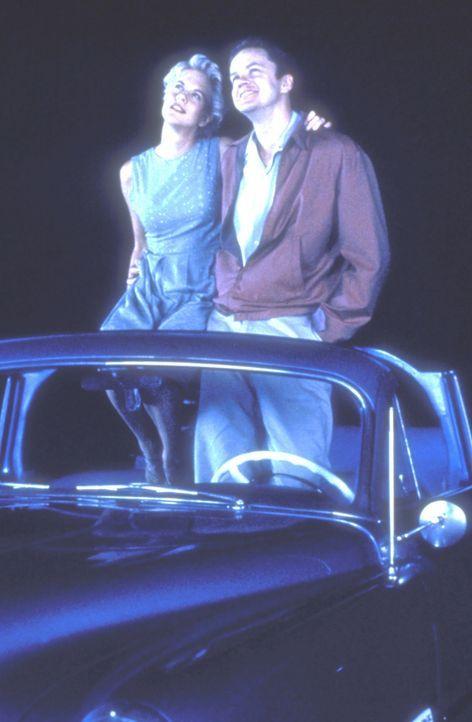 Schon bald verliebt sich Catherine (Meg Ryan, l.) in das Physik-Genie Ed (Tim Robbins, r.), der sich darüber jedoch nur halbherzig freuen kann. Was... - Bildquelle: Paramount Pictures