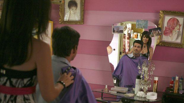 Als Hilda (Ana Ortiz, l.) einen neuen Kunden (Eddie Cibrian, r.) empfängt, ah...
