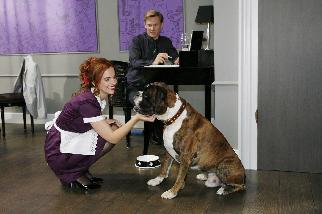 Da sich Manu (Marie Zielcke, l.) mit Philips (Philipp Romann, r.) Boxerhund Gandhi versteht, wird sie sogleich von Mark als Spionin angeheuert, die... - Bildquelle: Sat.1