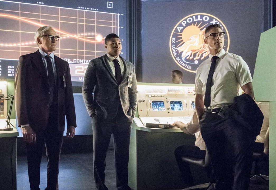 Gelingt es Martin (Victor Garber, l.) und Jefferson (Franz Drameh, M.) mit Henrys (Matthew MacCaull, r.) Hilfe, sich bei der Flugsicherheit der NASA... - Bildquelle: Warner Brothers