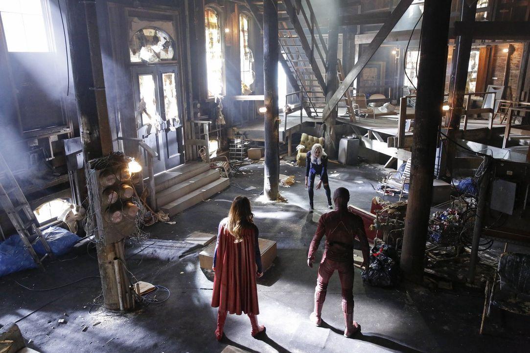 Die elektrisch geladene Livewire (Brit Morgan, M.) hat es auf Cat Grant und Supergirl (Melissa Benoist, l.) abgesehen. Doch Letztere holt sich Unter... - Bildquelle: 2015 Warner Bros. Entertainment, Inc.