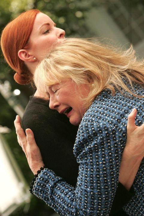 Rex Mutter Phyllis (Shirley Knight, r.) reist an, um dem Begräbnis ihres Sohnes beizuwohnen, doch ihre Anwesenheit treibt Bree (Marcia Cross, l.) fa... - Bildquelle: 2005 Touchstone Television  All Rights Reserved