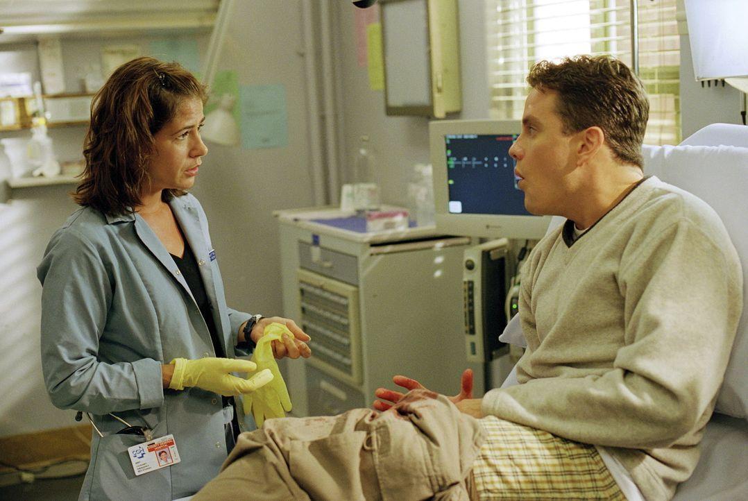 Abby (Maura Tierney, l.) kümmert sich um einen Patienten, der versucht hat, sich selbst zu beschneiden. - Bildquelle: TM+  WARNER BROS.