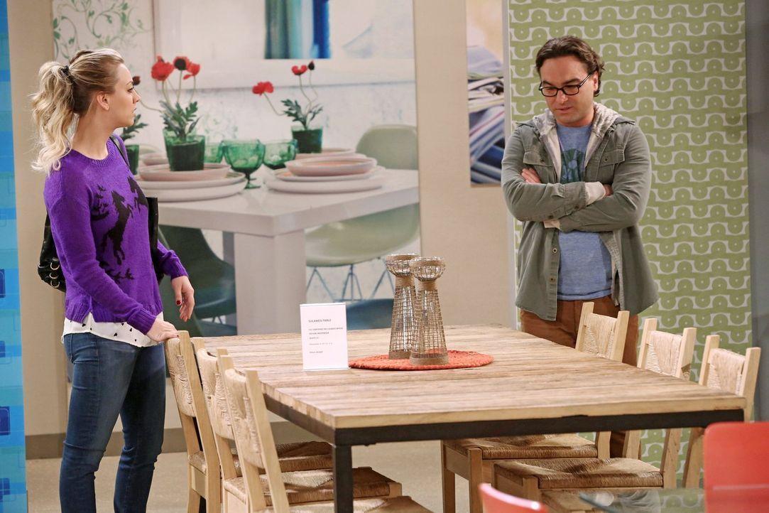 Die Clique ist dafür, einen Esstisch in Sheldons und Leonards (Johnny Galecki, r.) Wohnung aufzustellen. Natürlich stellt sich Sheldon quer, da er j... - Bildquelle: Warner Brothers