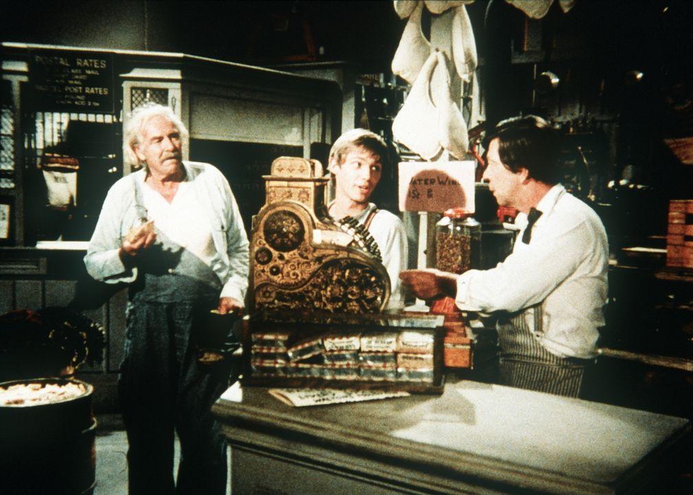 Auch Großvater Sam Walton (Will Geer, l.) und John-Boy (Richard Thomas, M.) haben eine Idee, das Erbe von Fern Potter gut anzulegen ... - Bildquelle: WARNER BROS. INTERNATIONAL TELEVISION