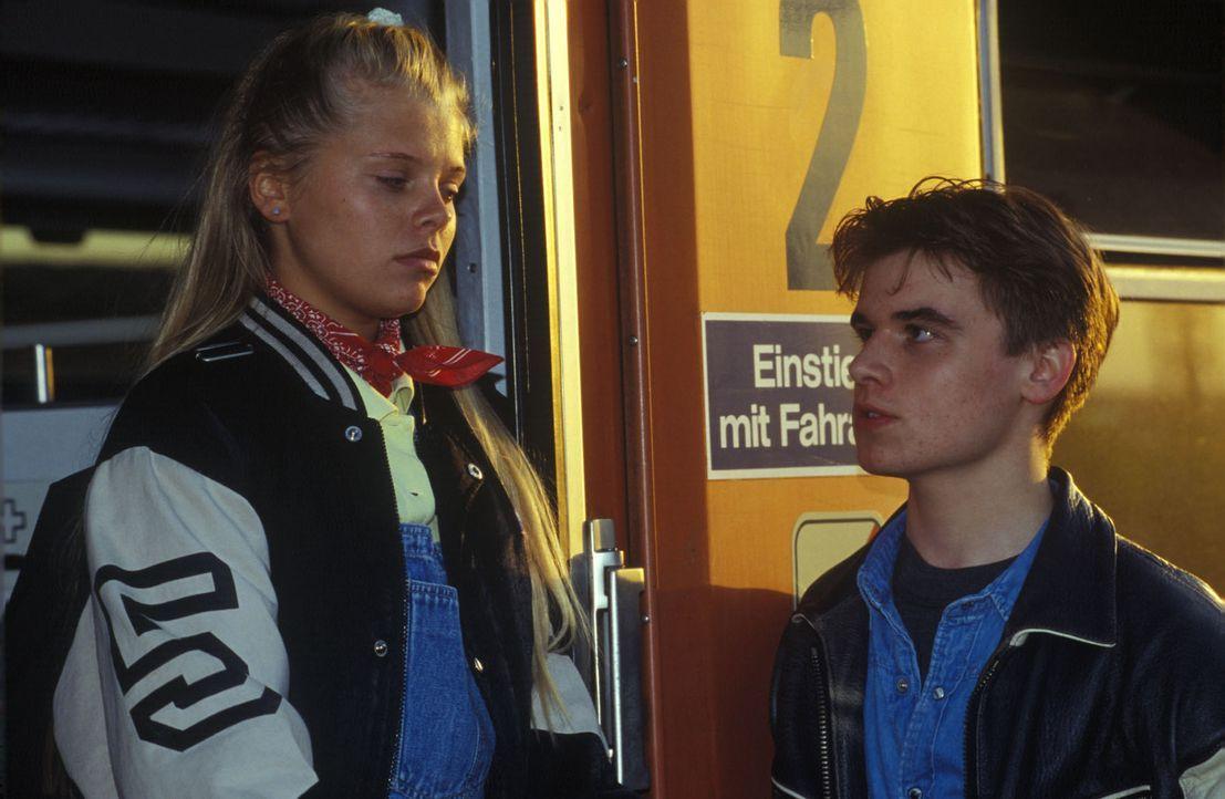 Natalie (Anne Sophie Briest, l.) will nur noch weg von zu Hause und steigt in den Zug Richtung Frankfurt. Ihr Freund Max (Tobias Nath, r.) versucht... - Bildquelle: Sat.1