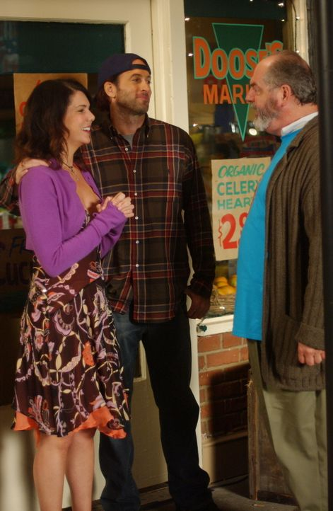 Luke (Scott Patterson, M.) und Lorelai (Lauren Graham, l.) würden am liebsten gleich der ganzen Stadt (Michael Winters, r.) von ihrer Verlobung beri... - Bildquelle: Copyright Warner Brother International Television