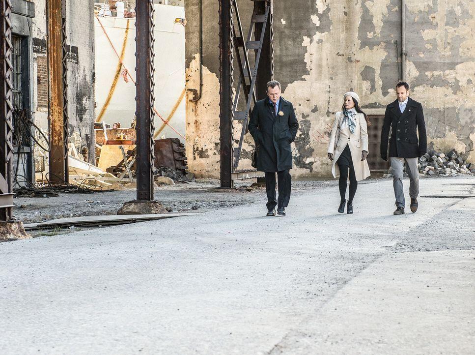 Auf dem Weg zu Moriarty ins Gefängnis: Capt. Gregson (Aidan Quinn, l.), Dr. Watson (Lucy Liu, M.) und Sherlock Holmes (Jonny Lee Miller, r.). Doch w... - Bildquelle: CBS Television