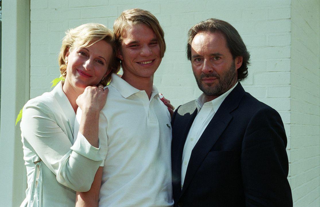Der angehende Tennisprofi Tim (Tobias Schenke, M.), ist der ganze Stolz seiner wohlhabenden Eltern (Heike Jonca (l.) und Uwe Kokisch (r.)). - Bildquelle: Akkord Film Produktion GmbH