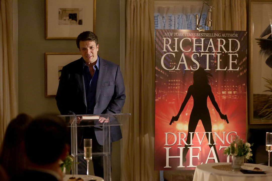 Stolzer Autor: Castle (Nathan Fillion) präsentiert sein neustes Werk ... - Bildquelle: Scott Everett White 2016 American Broadcasting Companies, Inc. All rights reserved.