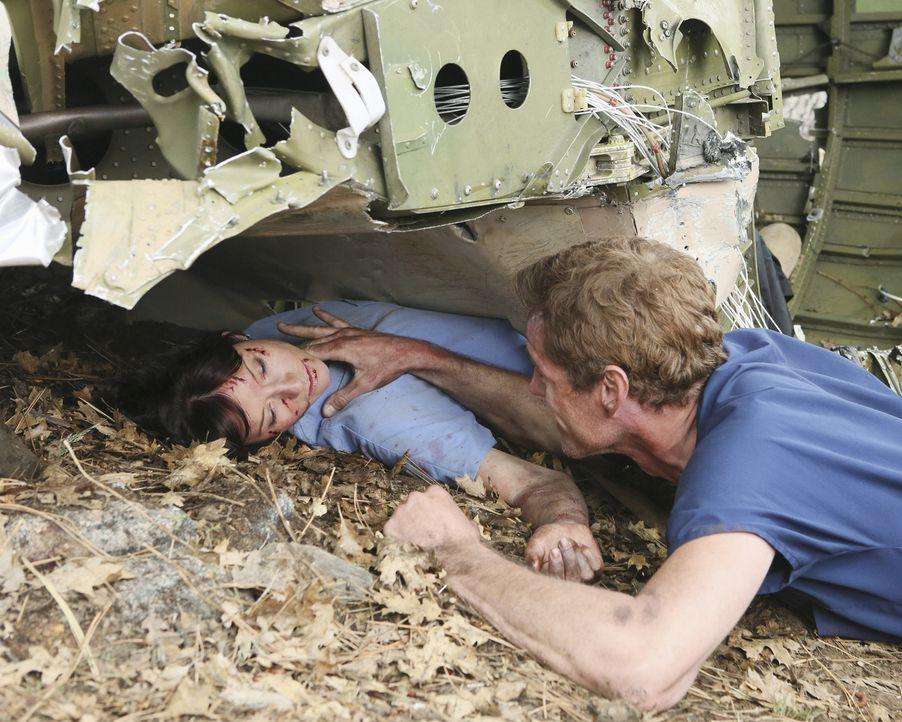 Ein Alptraum ist wahr geworden: Mark (Eric Dane, r.), Lexie (Chyler Leigh, l.) und die restlichen Ärzte sind abgestürzt - ein Kampf ums Überleben... - Bildquelle: Touchstone Television
