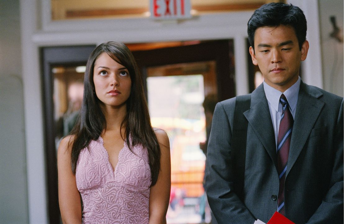 Seit langem hegt Harold (John Cho, r.) ein Faible für seine bildschöne Kollegin Maria (Paula Garcés, l.). Doch bisher fehlte ihm der Mut, sie anz...