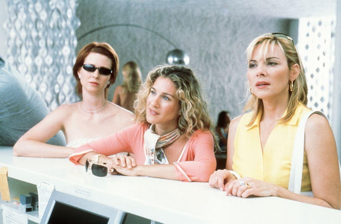 Nach einer langen, anstrengenden Reise endlich am Hotel in L. A. angekommen, erfahren Miranda (Cynthia Nixon, l.), Carrie (Sarah Jessica Parker, M.)... - Bildquelle: Paramount Pictures