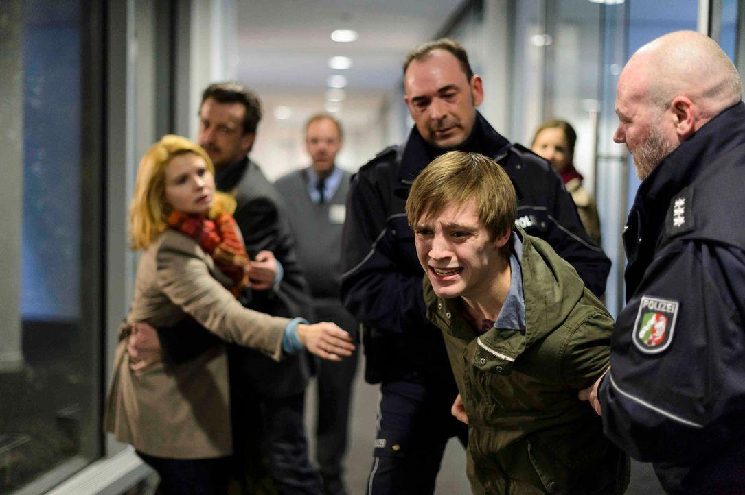 Auch die resolute Claudia (Annette Frier, l.) kann nicht verhindern, dass die Polizei ihren erst 16-jährigen Sohn Daniel (Jonas Nay, 2.v.r.) verhaft... - Bildquelle: Willi Weber SAT.1