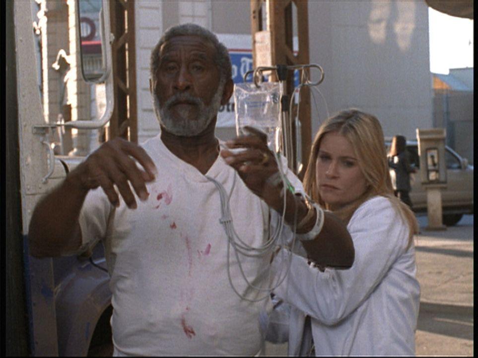Lucy (Kellie Martin, r.) wurde auf ihren Studentenstatus hingewiesen und ist nun frustriert. - Bildquelle: TM+  2000 WARNER BROS.