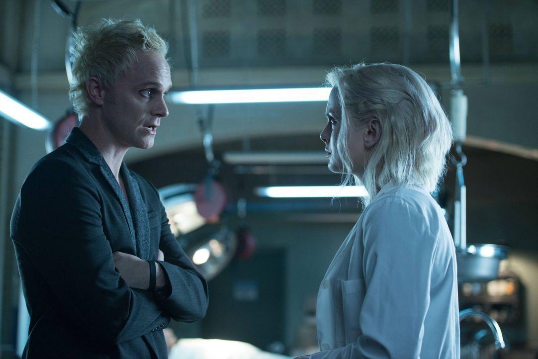 Als Liv (Rose McIver, r.) das erste Mal auf ihren Schöpfer Blaine (David Anders, l.) trifft, verläuft das Gespräch anders als erwartet ... - Bildquelle: Warner Brothers