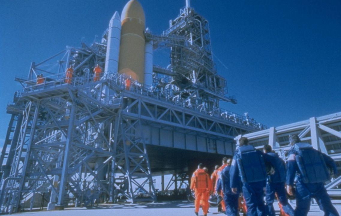 Nur 18 Tage bleiben NASA-Chef Truman, um Stamper und sein Bohrteam für den Weltraum fit zu machen. Sie sollen auf dem Asteroiden landen, ein Loch b... - Bildquelle: Touchstone Pictures