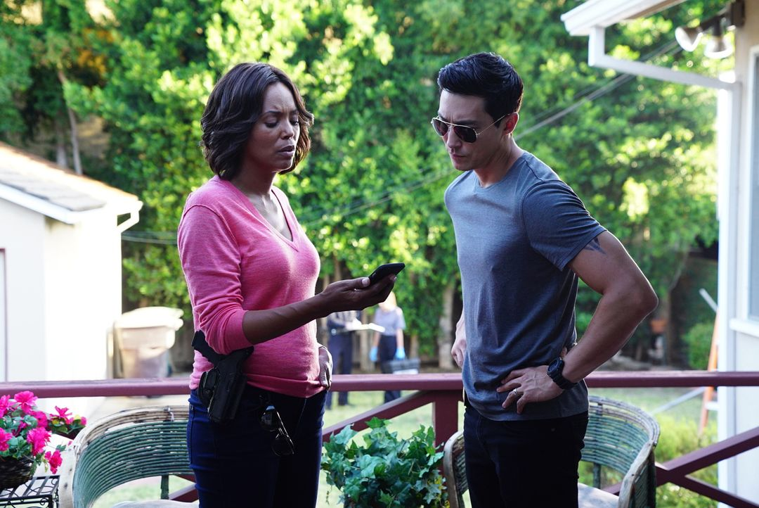 Tara (Aisha Tyler, l.) und Simmons (Daniel Henney, r.) informieren Garcia über den Fund, dieser bringt dunkle Tatsachen ans Tageslicht ... - Bildquelle: Disney Media Distribution