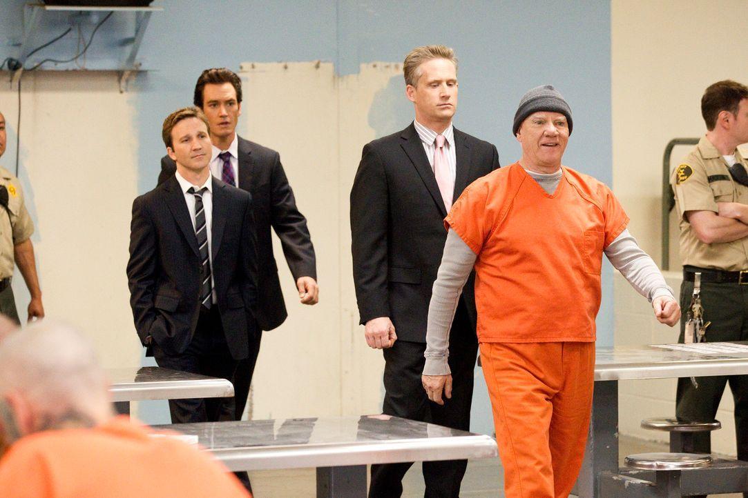 Stanton Infeld (Malcolm McDowell, r.) steht unter dem schweren Verdacht, vor 15 Jahren seinen Freund, dessen Leiche erst jetzt gefunden wurde, bei e... - Bildquelle: 2011 Sony Pictures Television Inc. All Rights Reserved.