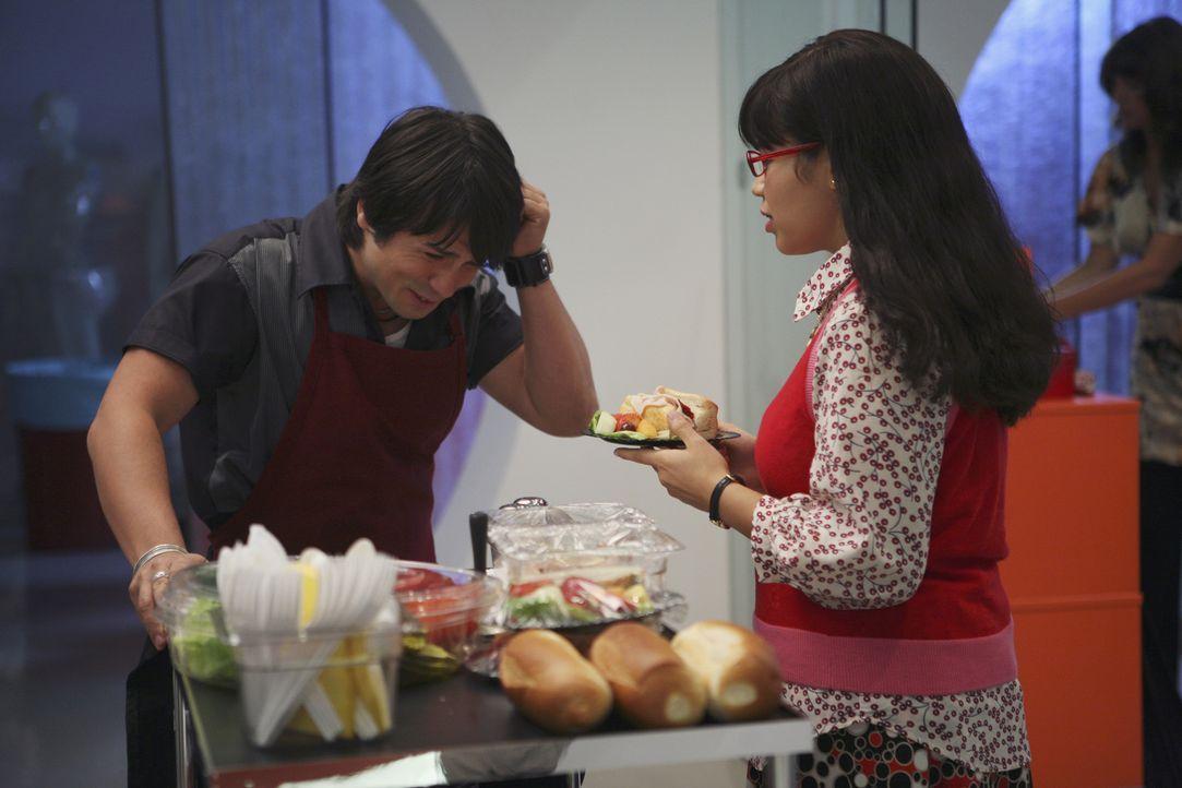 Als Betty (America Ferrera, r.) sich über Giovanni (Freddy Rodriguez, l.), den neuen Sandwichmann, ärgert, sorgt Daniel dafür, dass dieser entlassen... - Bildquelle: Buena Vista International Television