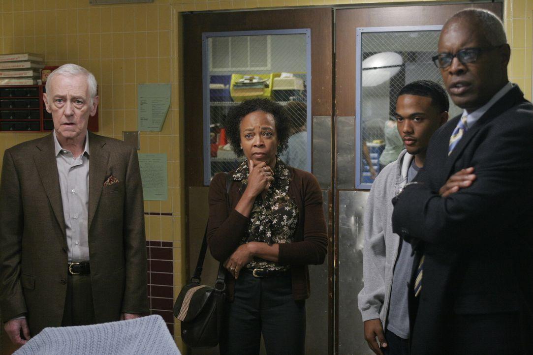 Machen sich große Sorgen um Jimmy: Bennett (John Mahoney, l.), Lorraine (Fay Hauser, 2.v.l.), Brian (Braden Williams, 2.v.r.) und Harold (John Lafay... - Bildquelle: Warner Bros. Television