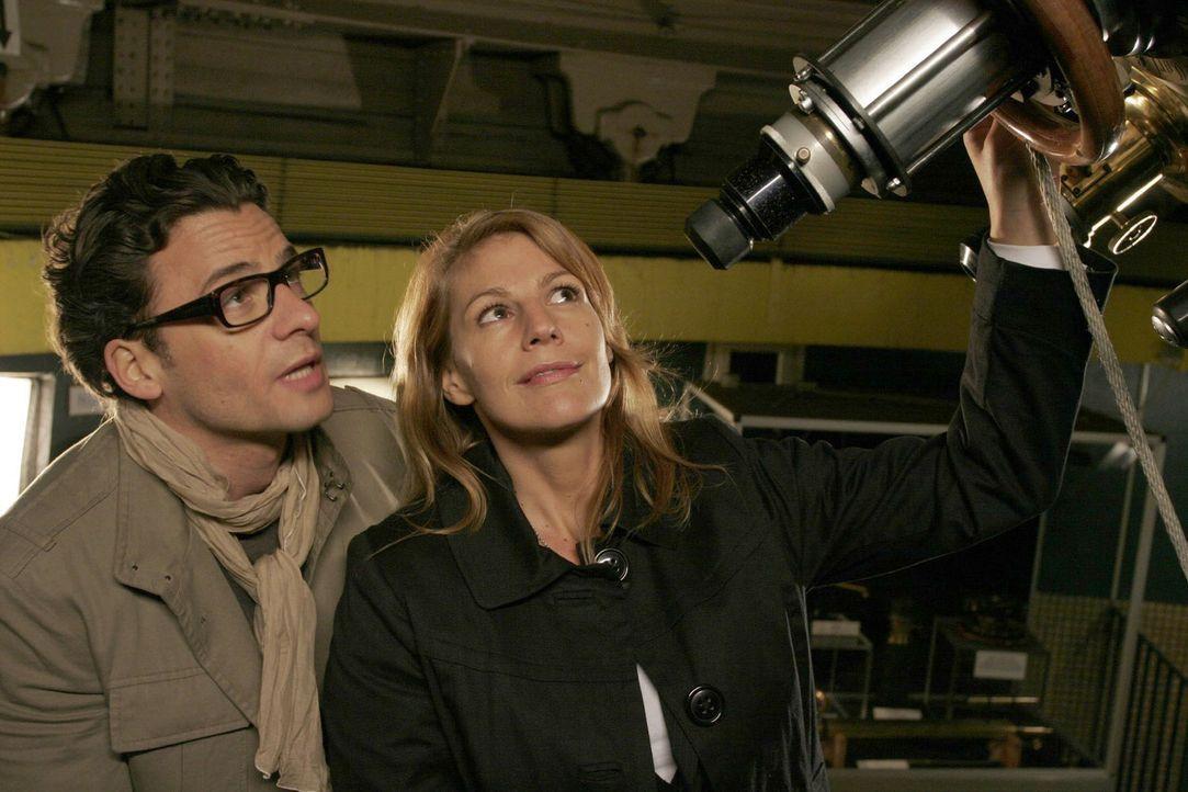 Jakob (Stephan Luca, l.) lädt Dette (Sophie Schütt, r.) zu einem Besuch in der Sternwarte ein ... - Bildquelle: Noreen Flynn Sat.1