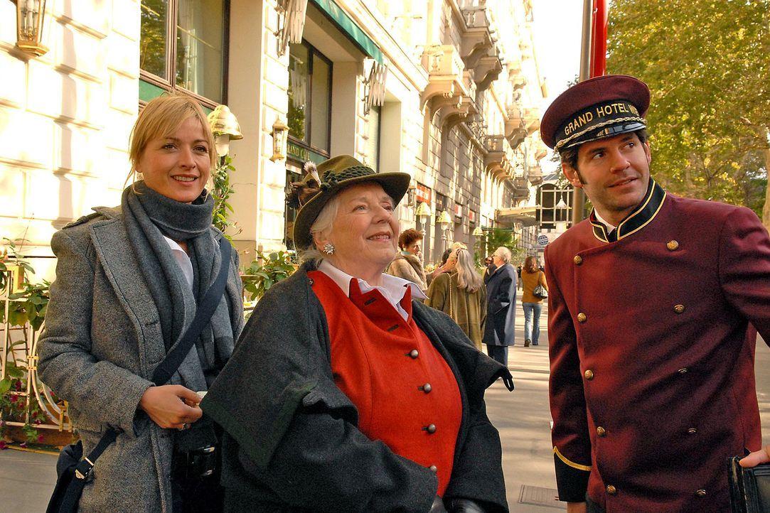 Resi Berghammer (Ruth Drexel, M.) reist in Begleitung von Nadine (Katharina Abt, l.) nach Wien. Sie ist von ihrer Freundin Gerda Feuereisen eingelad... - Bildquelle: Petro Domenigg Sat.1