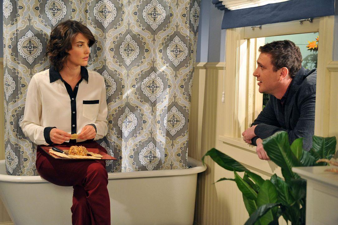 Marshall (Jason Segel, r.) macht sich Sorgen um Robin (Cobie Smulders, l.), die sich im Haus in Long Island im Badezimmer eingesperrt hat, um Marsha... - Bildquelle: 20th Century Fox International Television