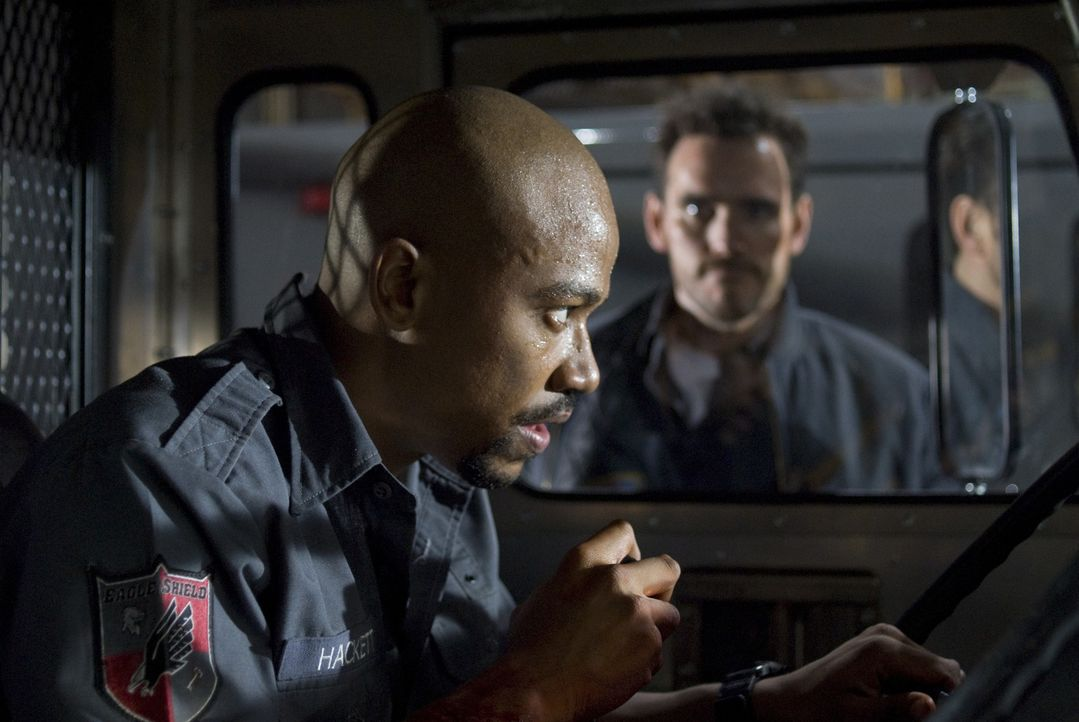 Als sich Ty (Columbus Short, l.) in dem gepanzerten Transporter in Sicherheit bringt, versuchen Cochrane (Matt Dillon, r.) und seine Kollegen alles,... - Bildquelle: Lacey Terrell 2009 Screen Gems, Inc. All Rights Reserved.
