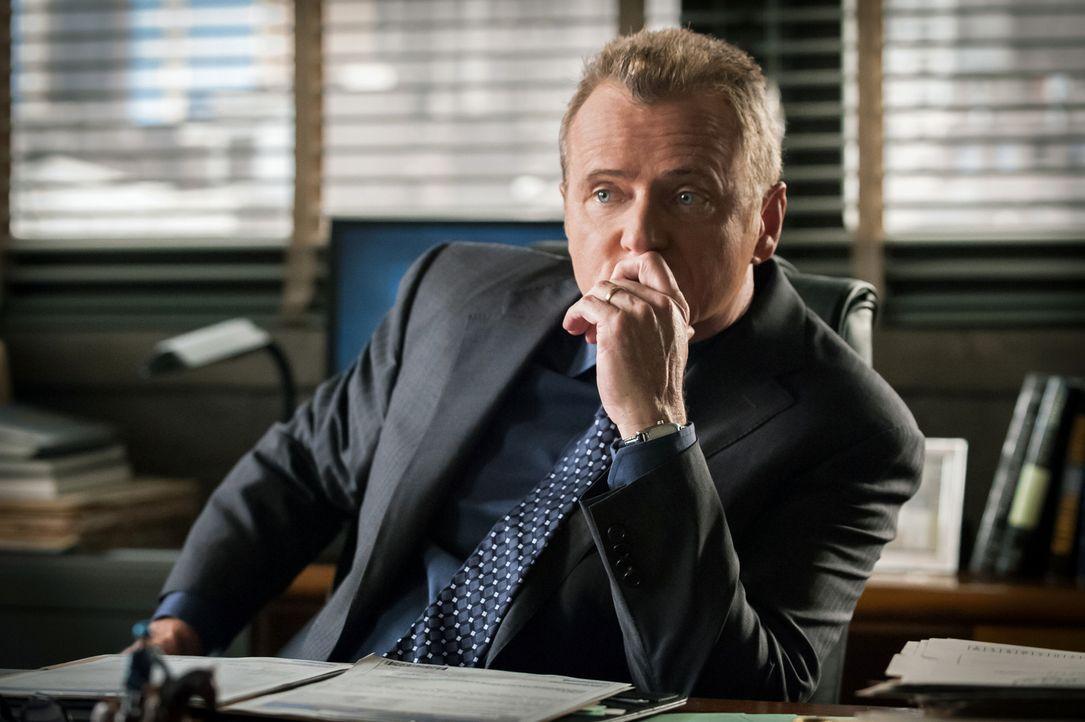 Nach einem Faustschlag, zu dem sich Sherlock Holmes provozieren ließ, wird er von Gregson (Aidan Quinn) von dem aktuellen Fall abgezogen ... - Bildquelle: CBS Television