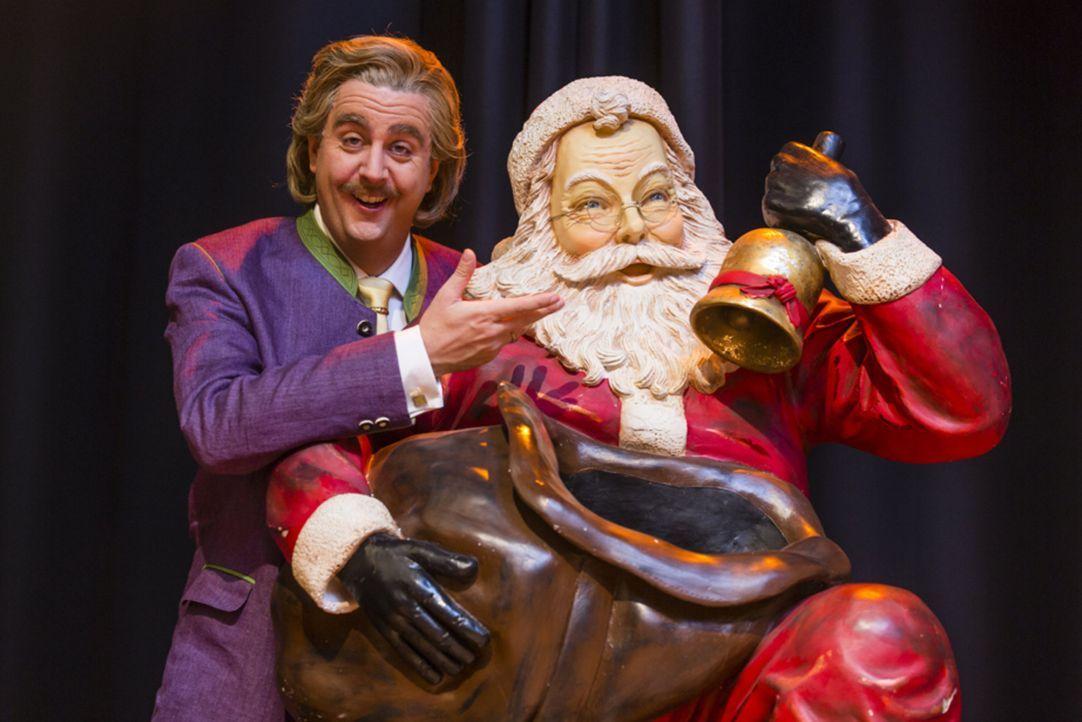 Es Weihnachtet sehr und Bastian (Bastian Pastewka) steckt mittendrin ... - Bildquelle: Frank Dicks SAT.1