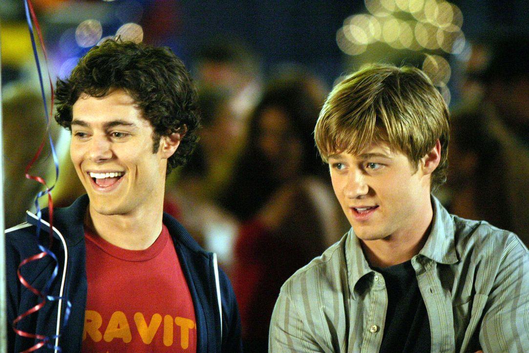Seth (Adam Brody, l.) und Ryan (Benjamin McKenzie, r.) erwarten einen unvergesslichen Abend ... - Bildquelle: Warner Bros. Television