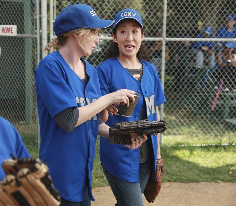 Wollen gewinnen: Cristina (Sandra Oh, r.) und Meredith (Ellen Pompeo, l.) ... - Bildquelle: ABC Studios