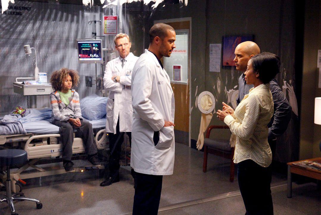 Owen (Kevin McKidd, 2.v.l.) und Jackson (Jesse Williams, M.) haben für Braden (Armani Jackson, l.), Teresa (Bresha Webb, r.) und David Morris (Mark... - Bildquelle: ABC Studios